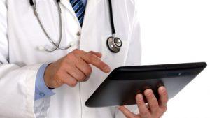 Médico utilizando una tablet